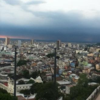 Desde la cima del Cerro Santa Ana se ven las casitas de colores del Cerro del Carmen.