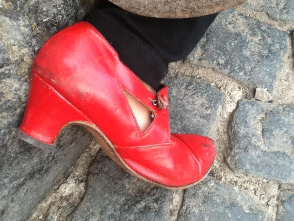 La nena de los zapatos de tacón rojos