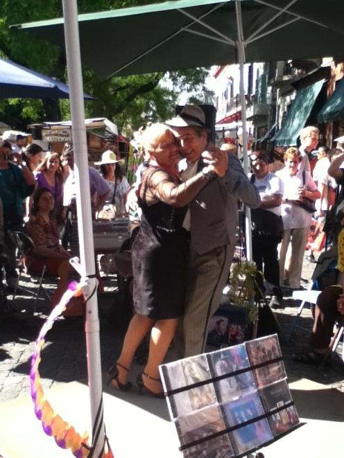 Estos viejitos montaron en medio de la calle un show de tango, esperado unas monedas o más...
