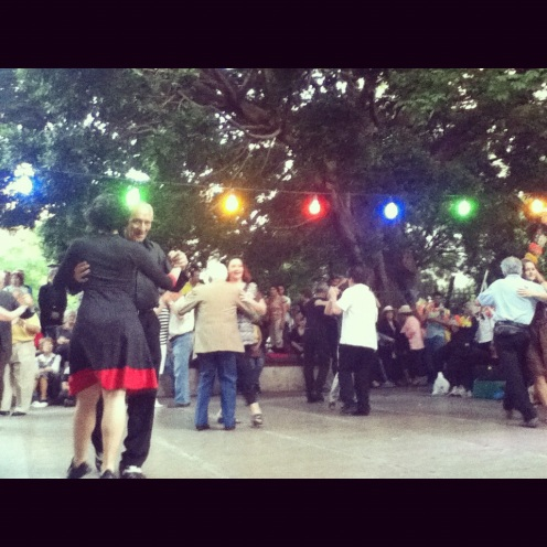 Y así disfrutaban, tomándose paso a paso el tango.