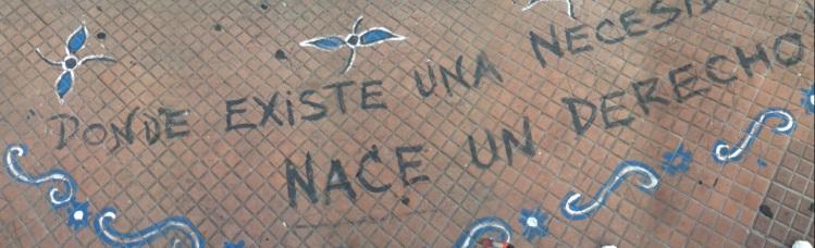 Mensaje tatuado en Plaza de Mayo.