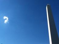 Un obelisco pensativo.