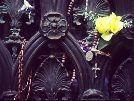 Eva Perón recibe más que flores en este cementerio.